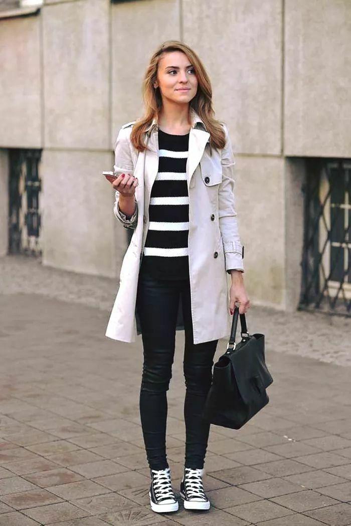 Девушка в полосатом свитшоте, джинсы, тренч и кеды