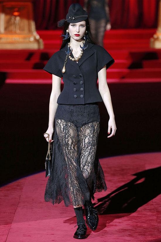 Девушка в прозрачной кружевной юбке и жакет с короткими рукавами
