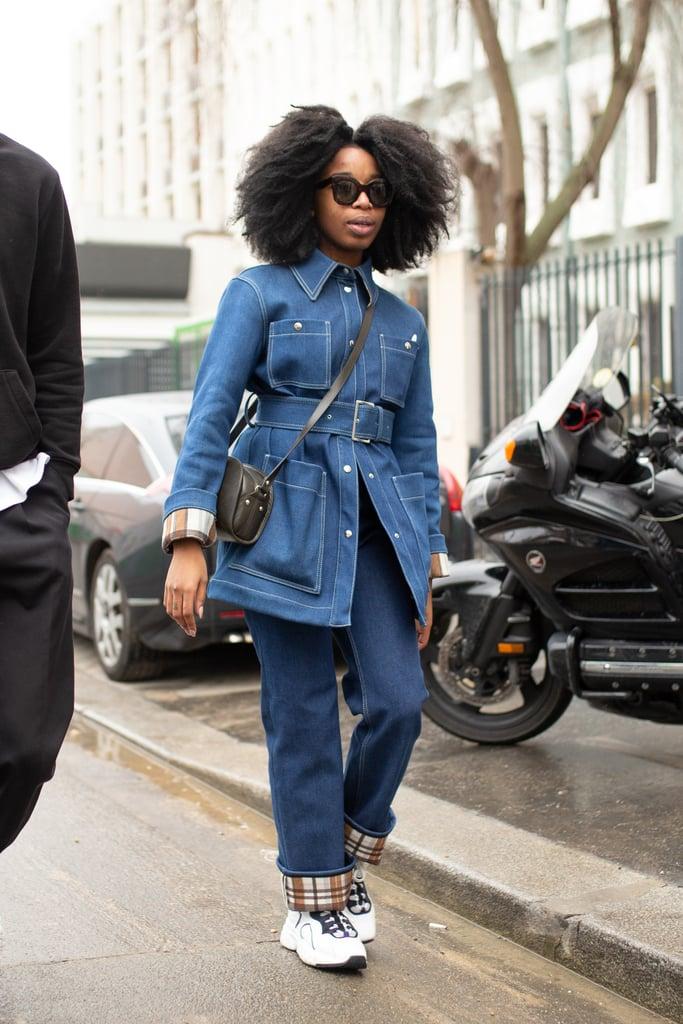 Девушка в прямых джинсах и жвкет с ремнем