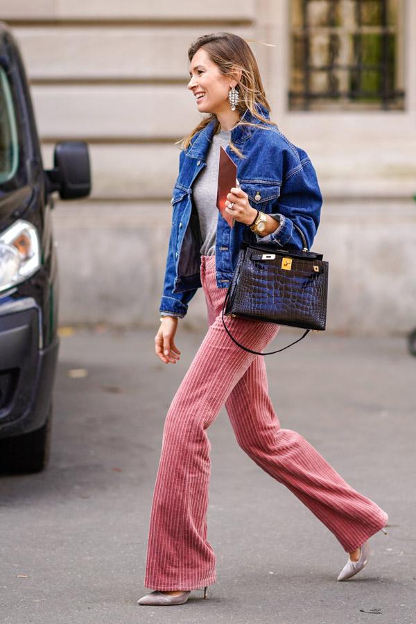 Девушка в розовых брюках клеш, синяя джинсовка
