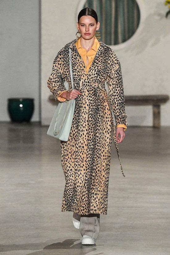 Девушка в сакси пальто с леопардовым принтом
