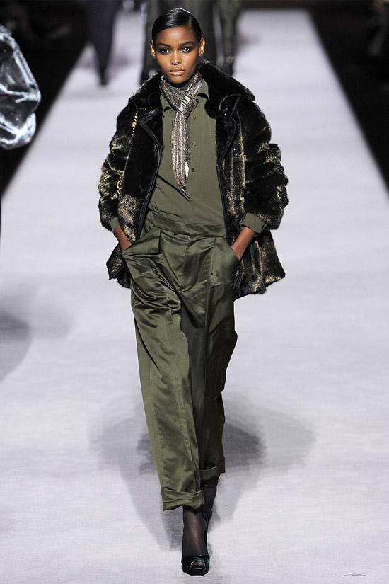 Девушка в шелковых брюках и меховой куртке