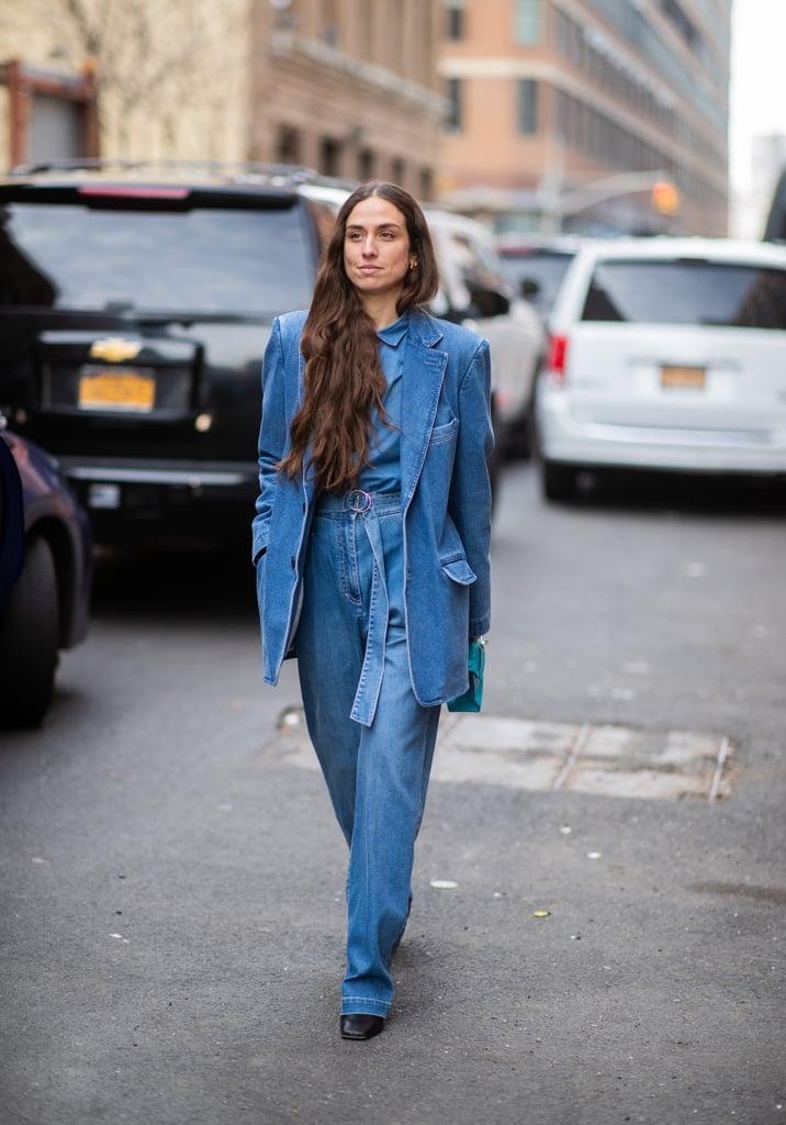 Девушка в широких джинсах и удлиненном жакете