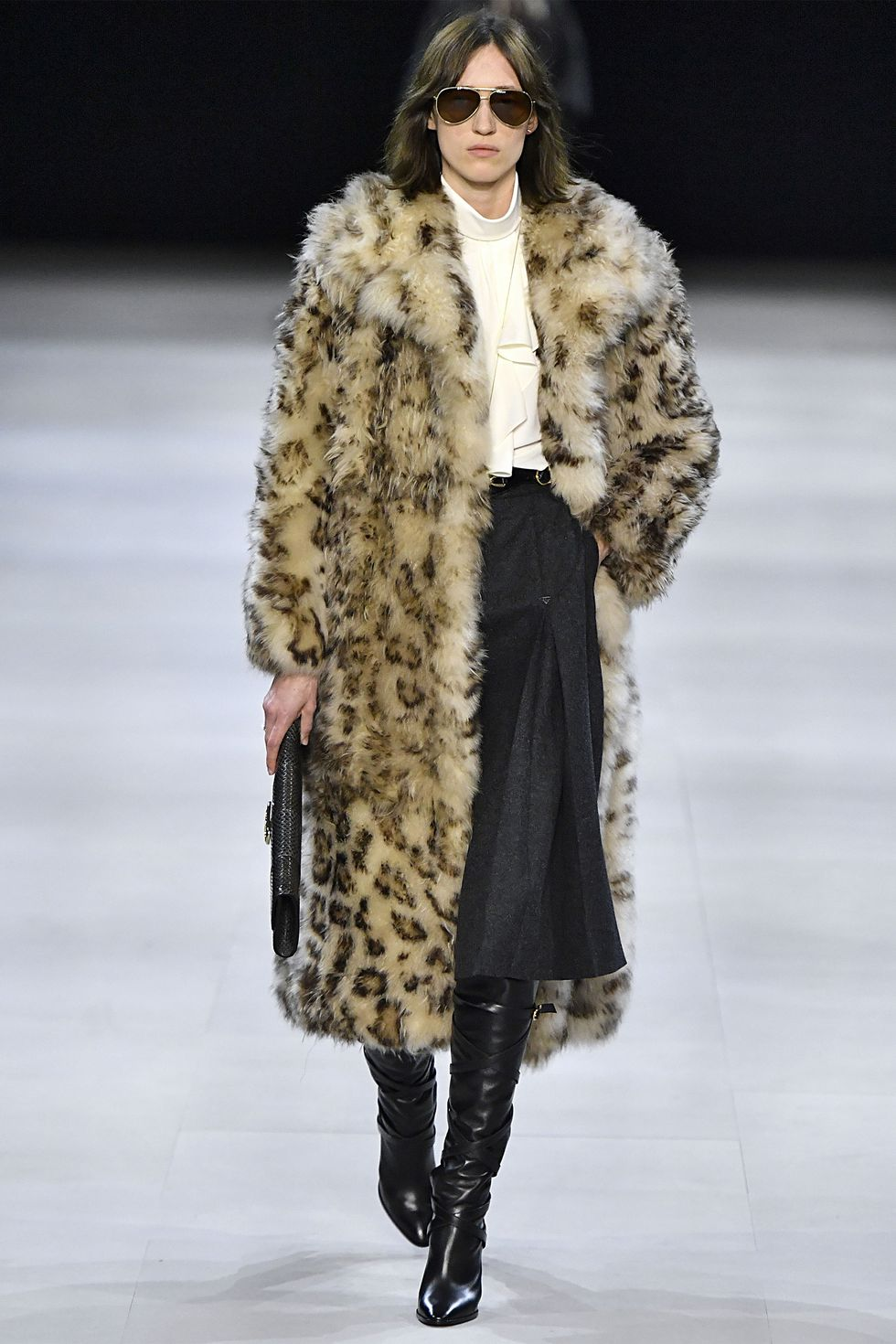 Девушка в шубе с леопардовым принтом, миди юбка и черные сапоги