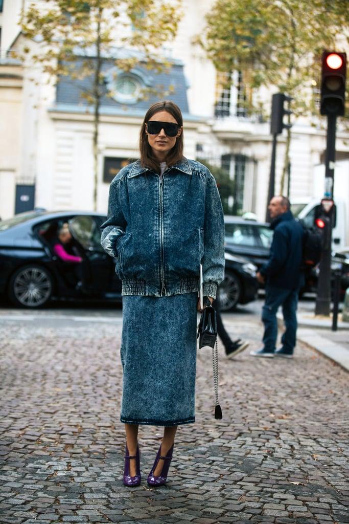 Девушка в синей прямо юбке, джинсовый бомбер и фиолетовые туфли