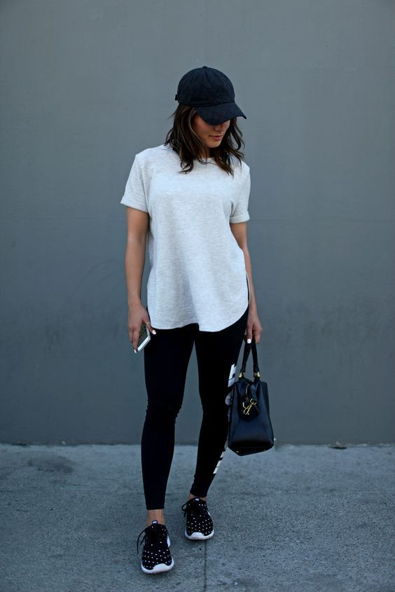 Девушка в спортивных лосинах, белая футболка и кепка