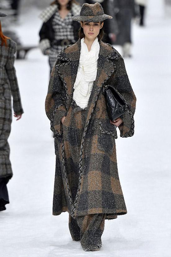 Модель в твидовом пальто