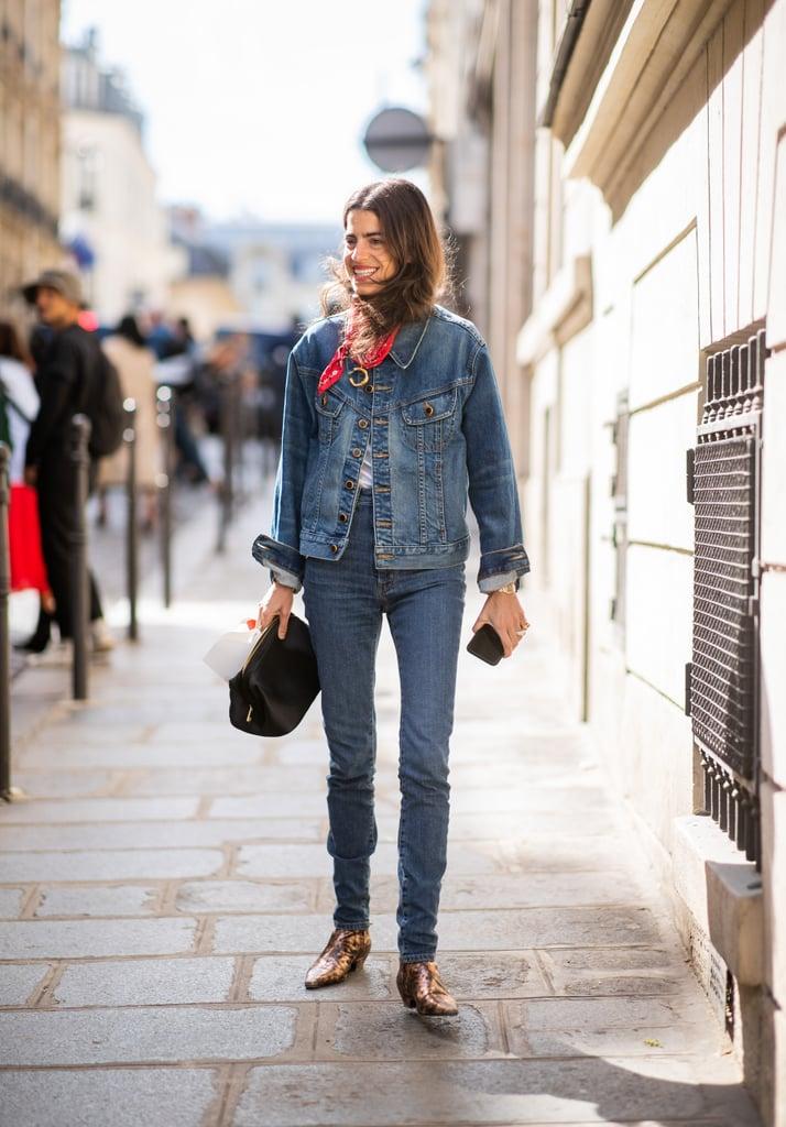 Девушка в узких джинсах, куртка и красный платок
