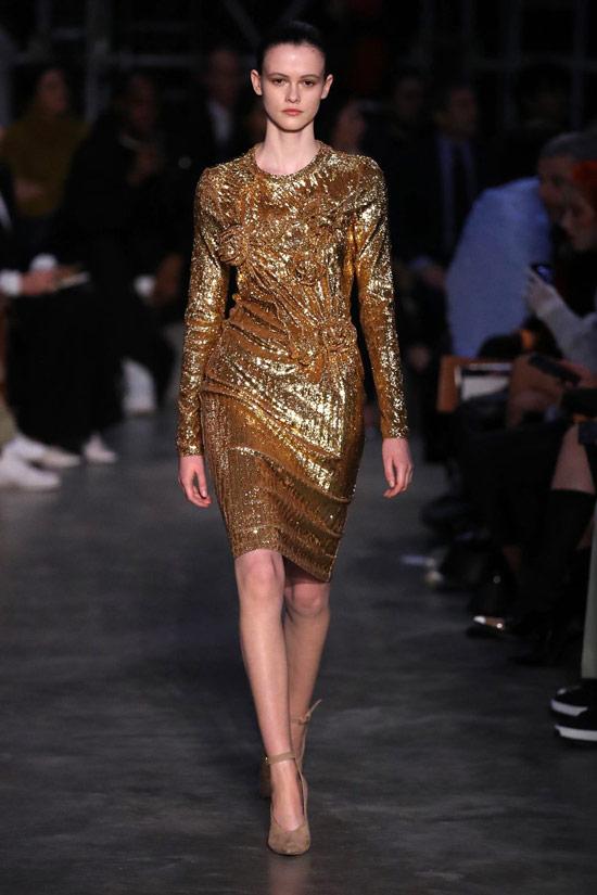 Девушка в вечернем золотом платье с длинными рукавами