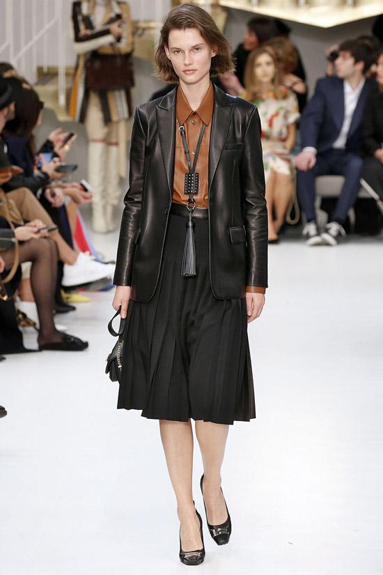 Девушка в юбке миди, черный жакет и коричневая рубашка