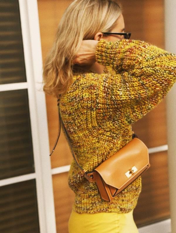 Девушка в желтых брюках, свитер и коричневая сумка