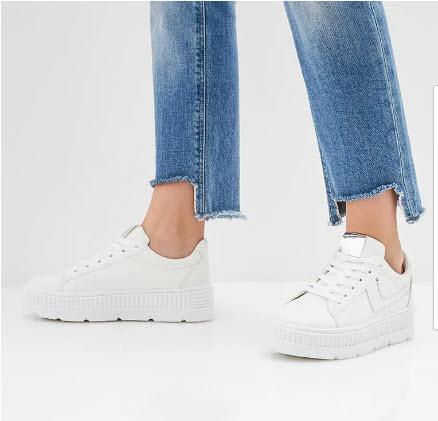 Модель в белых кедах на платформе