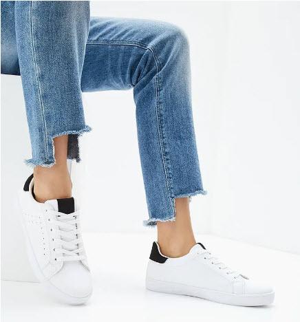 Модель в джинсах и белых кедах