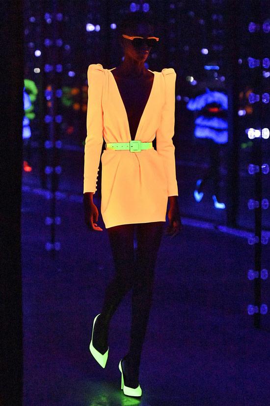 Модель в оранжевом мини платье и неоновые туфли