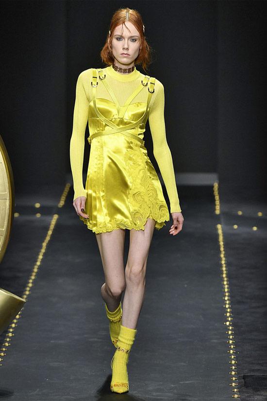 Модель в желтом мини платье, носки и туфли