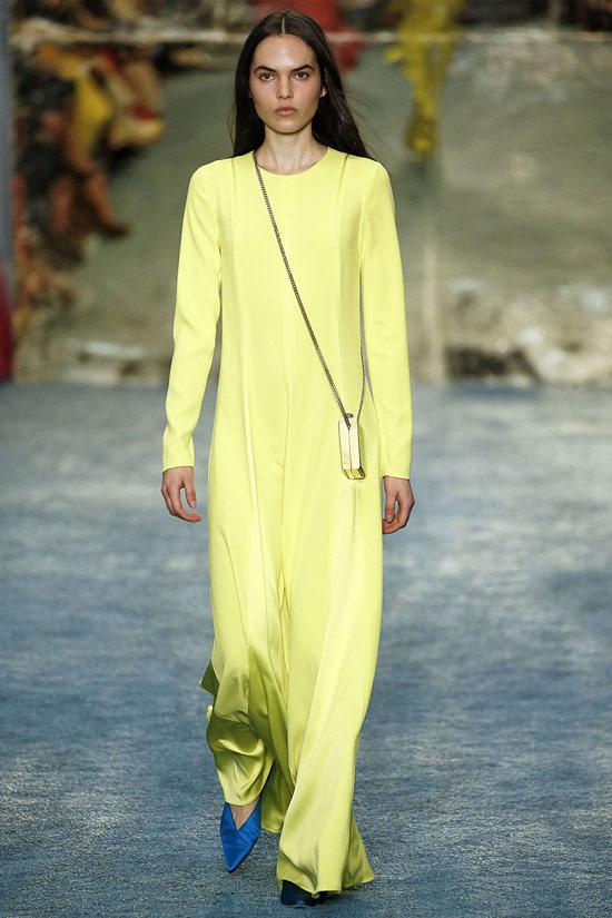 Девушка в желтом платье макси с длинными рукавами
