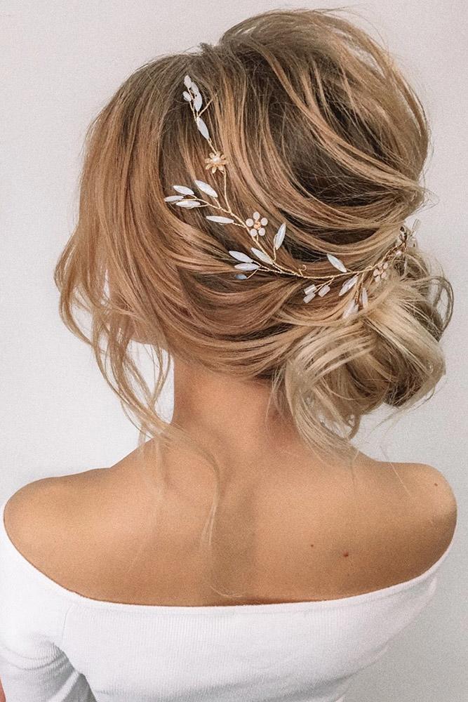 Девушка с красивой вечерней прической на свтлых волосах