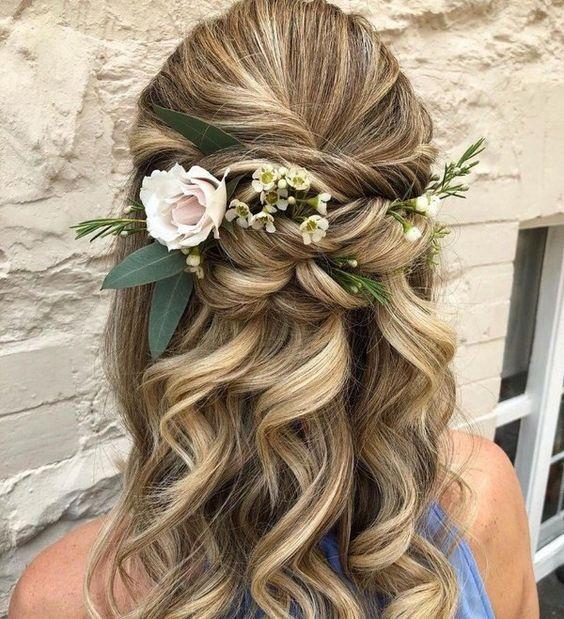 Девушка с красивыми локонами и цветами в волосах