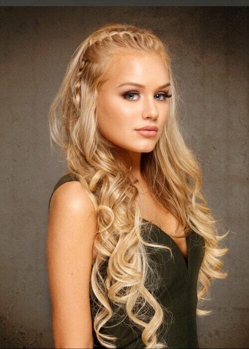 Девушка с локонами и косой на длинных светлых волосах