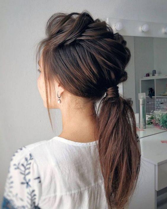 Девушка с необычным хвостом на длинных волосах