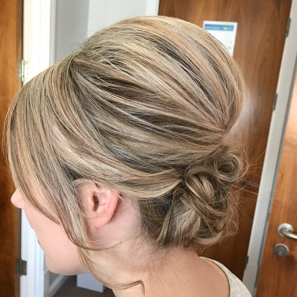 Девушка с объемным шиньонос на светлых волосах