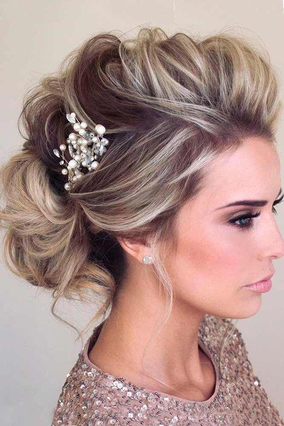Девушка с вечерней прической и украшением в волосах
