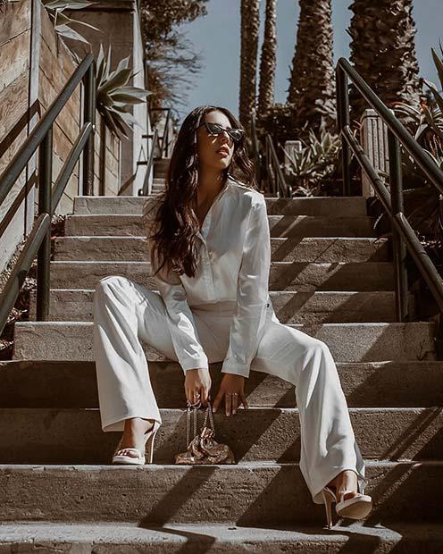 Девушка в белых брюках, рубашка в рукавами и босоножки на каблуке