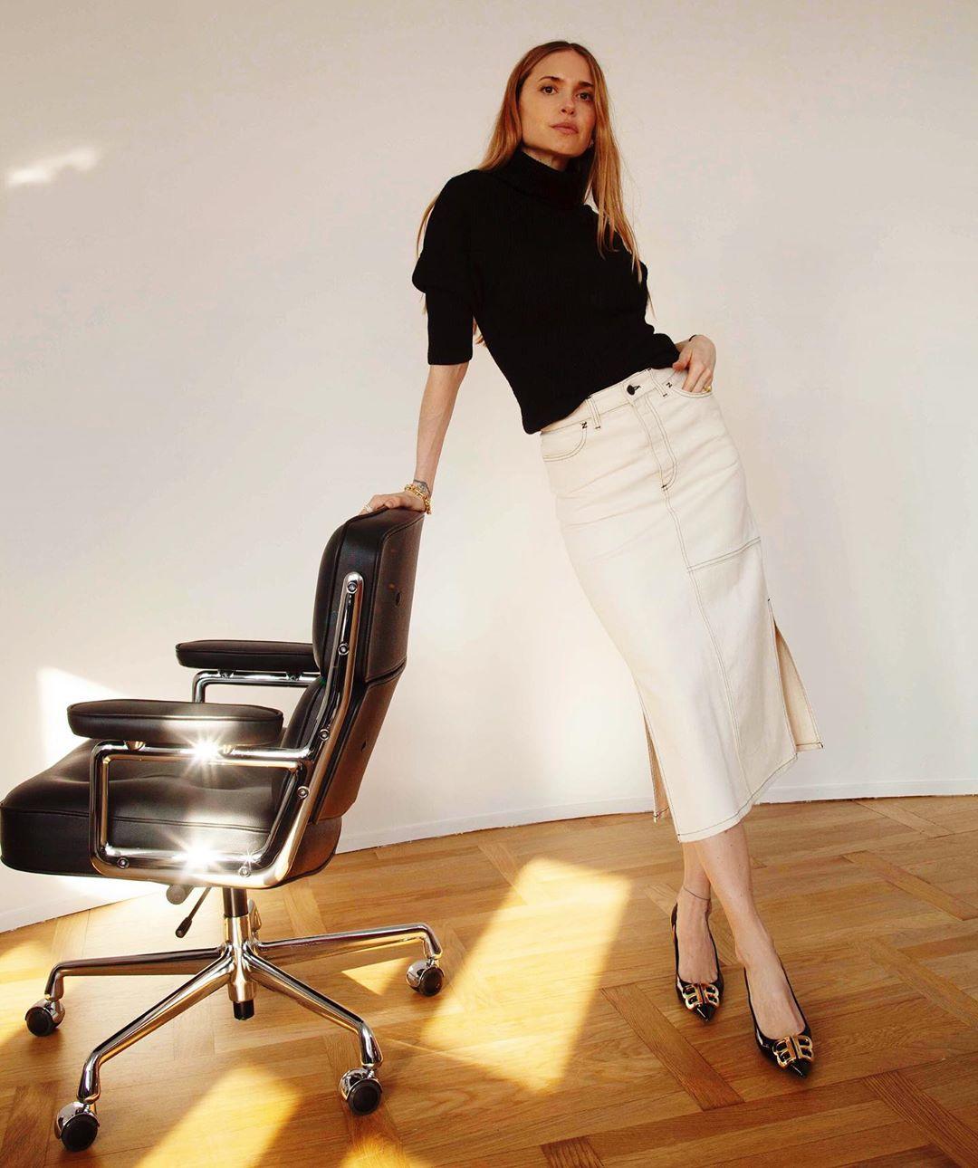 Девушка в белой джинсовой юбке, черная водолазка и туфли на каблуке