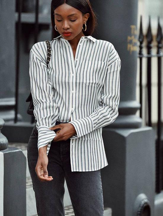 Девушка в белой рубашке в полоску и серых джинсах