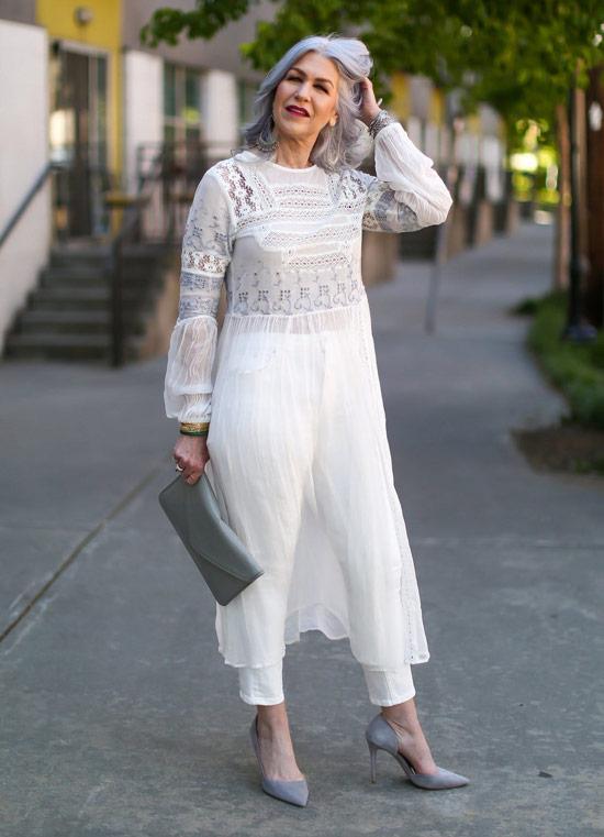 Девушка в белых капри, туника и серые туфли и клатч