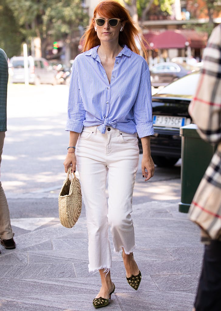 Девушка в белых мом джинсах, голубая рубашка в полоску и туфли на низком каблуке