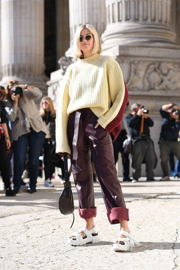 Девушка в бордовых брюках, бежевый свитер оверсайз и спортивные сандалии