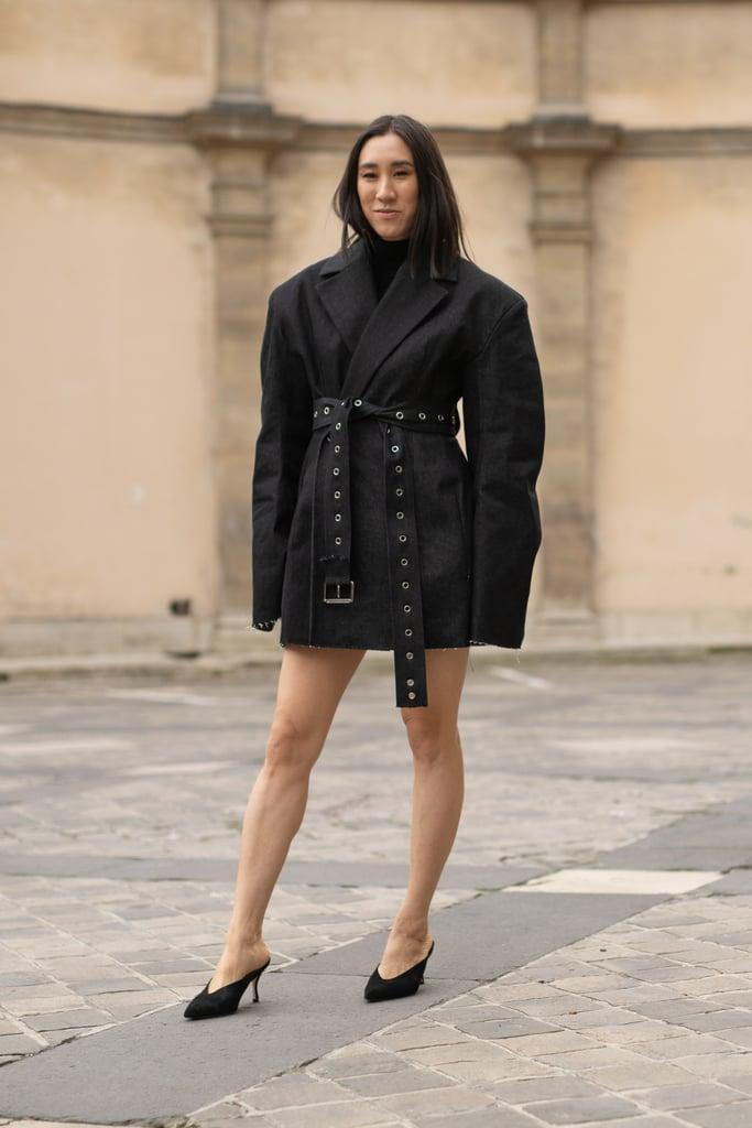 Девушка в черном блейзере оверсайз и туфлях