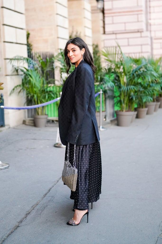 Девушка в черном платье с принтом, блейзер и туфли