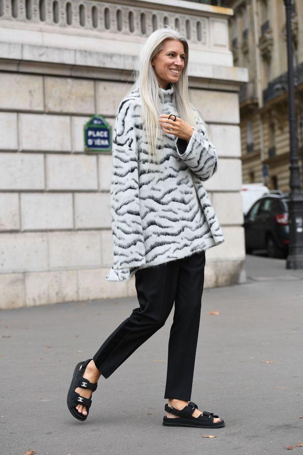 Девушка в черных брюках, куртка оверсайз и спортивные сандалии