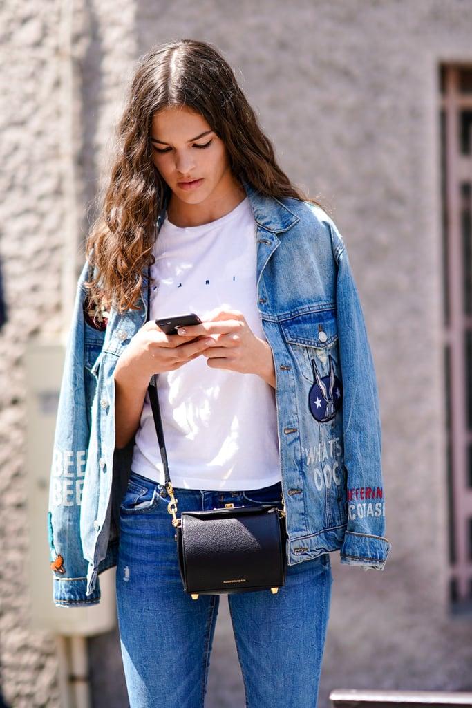 Девушка в джинсах, белая футблка и джинсовая куртка