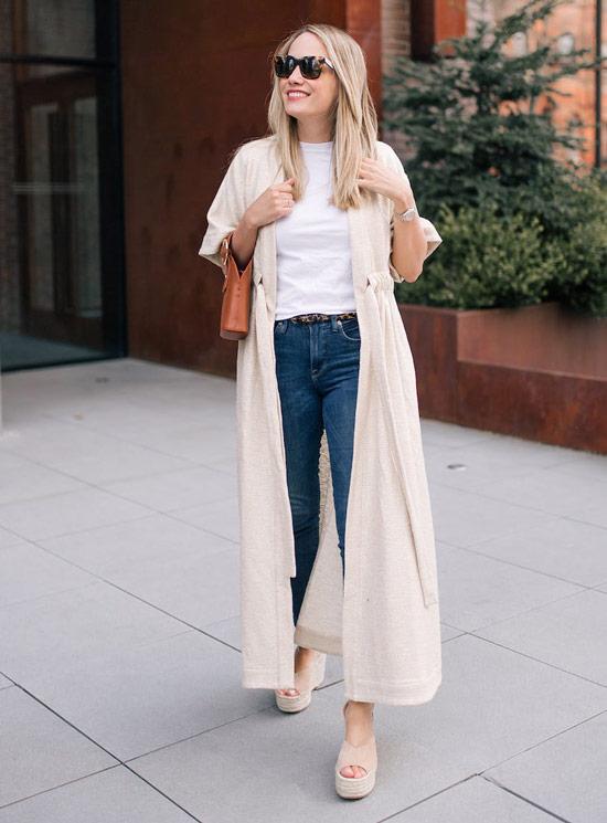Девушка в джинсах, белая футболка и длинный кардиган