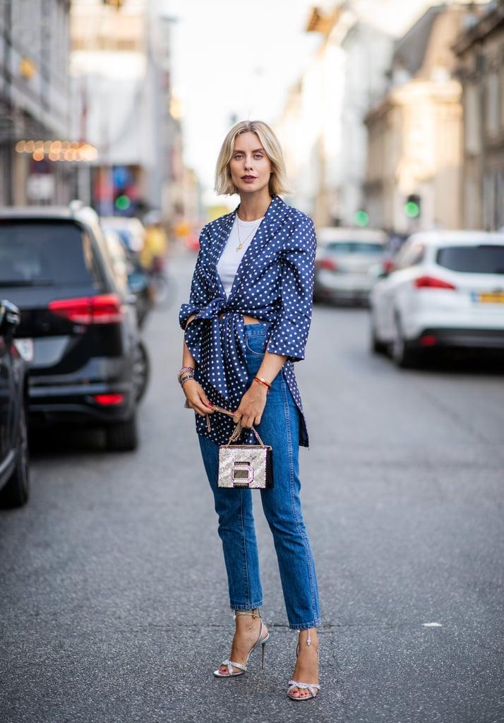 Девушка в джинсах, белый кроп топ и блузка в горошек