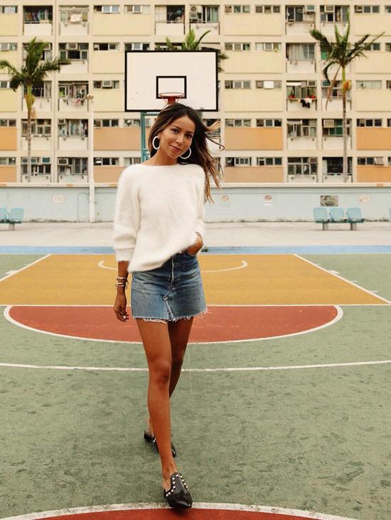 Девушка в джинсовой мини юбке и белый джемпер