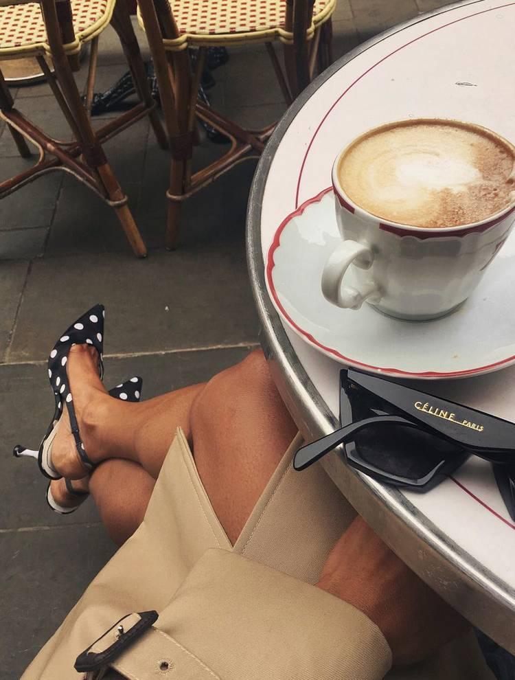 Девушка в классическом плаще и черных туфлях на шпильке