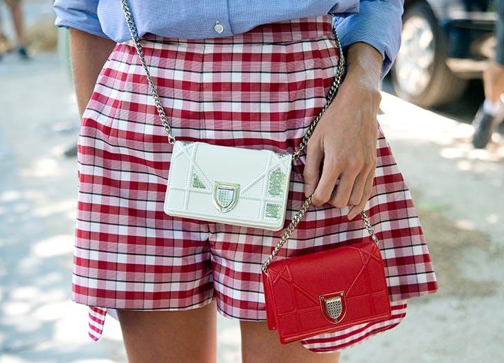 Девушка в красных шортах в клетку и мини сумочки