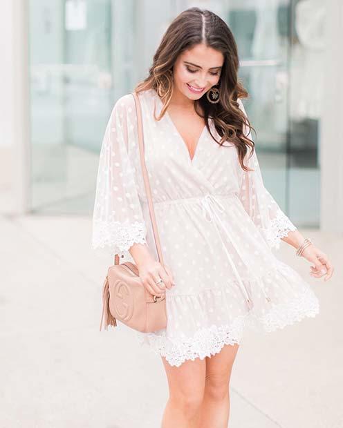 Девушка в легком белом платье мини, бежевая сумочка