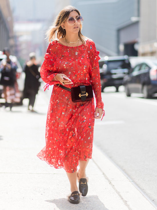 Девушка в легком красном платье, поясная сумка и черные лоферы