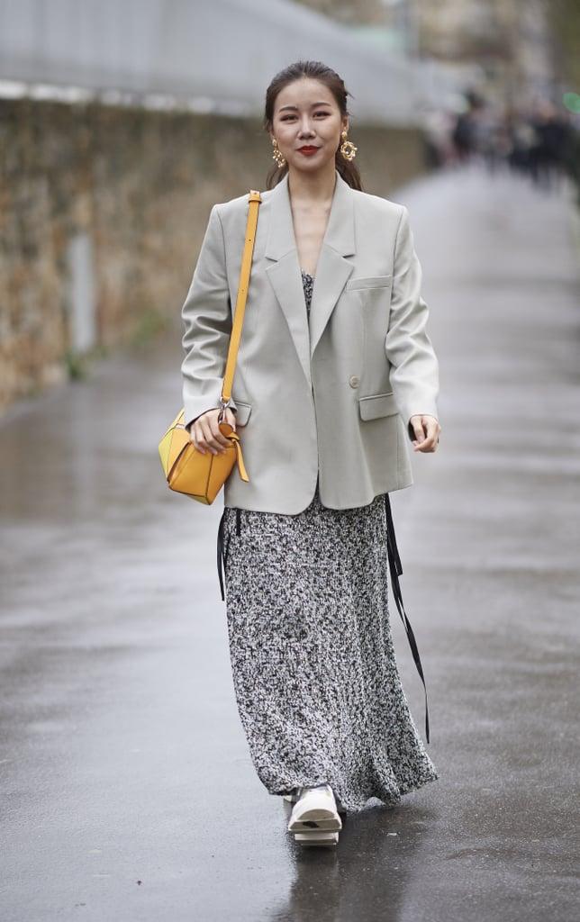 Девушка в легком платье макси и серый блейзер оверсайз