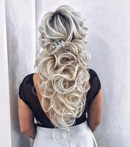Девушка в невероятной прической с полусобранными волосами