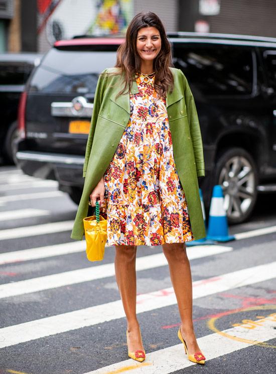 Девушка в платье с цветочным принтом и зеленая кожанная куртка