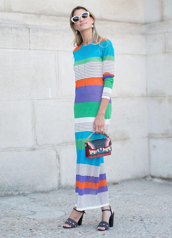 Девушка в прямом многоцветном платье макси и черные босоножки