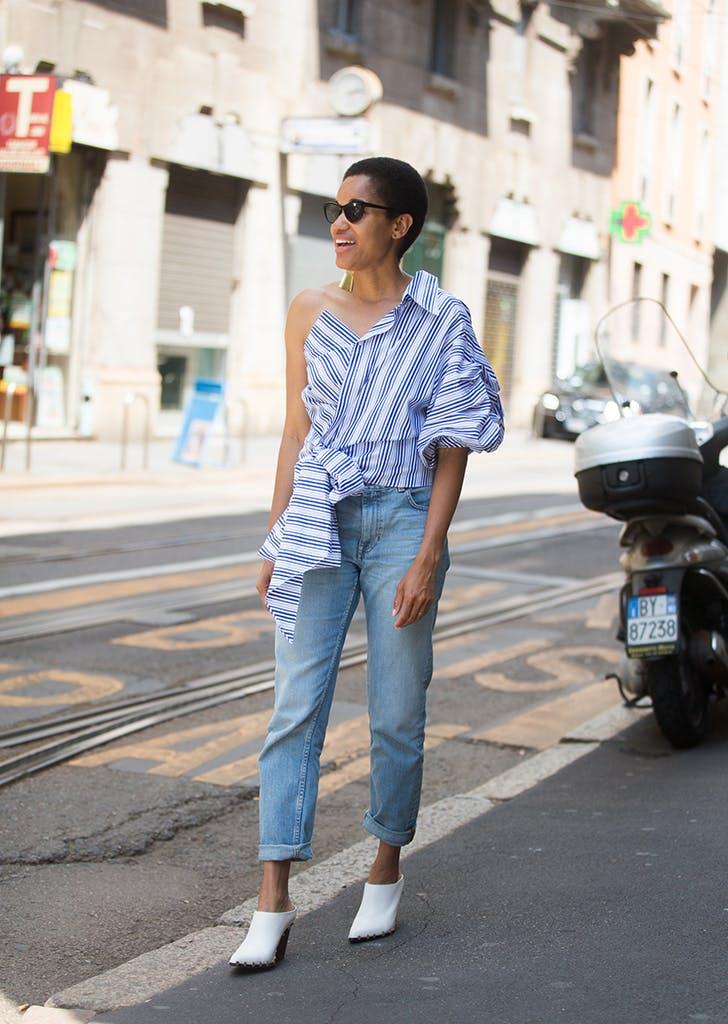 Девушка в прямых джинсах, оригинальный топ в полоску и белые мюли
