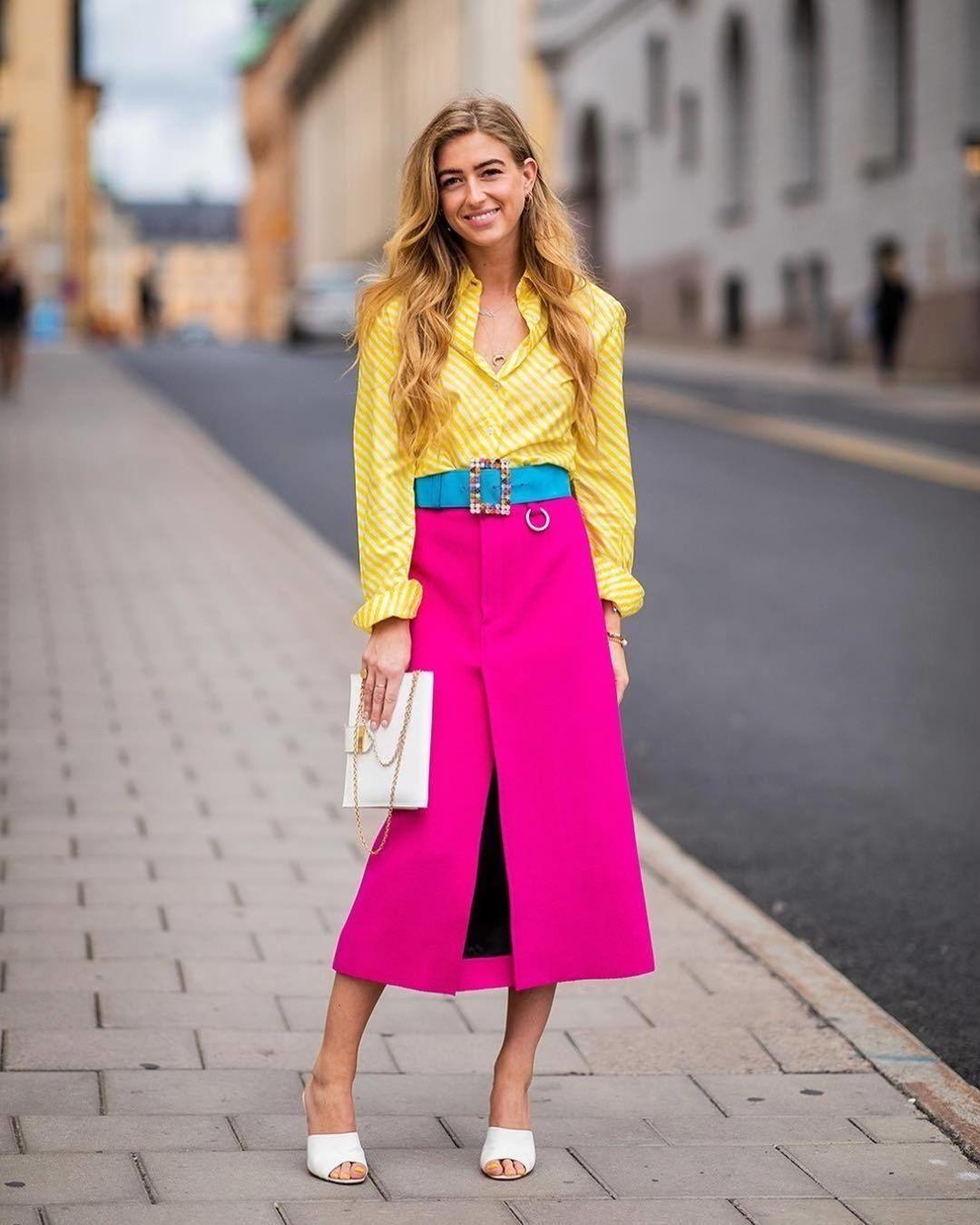 Девушка в розовой юбке миди, желтая рубашка