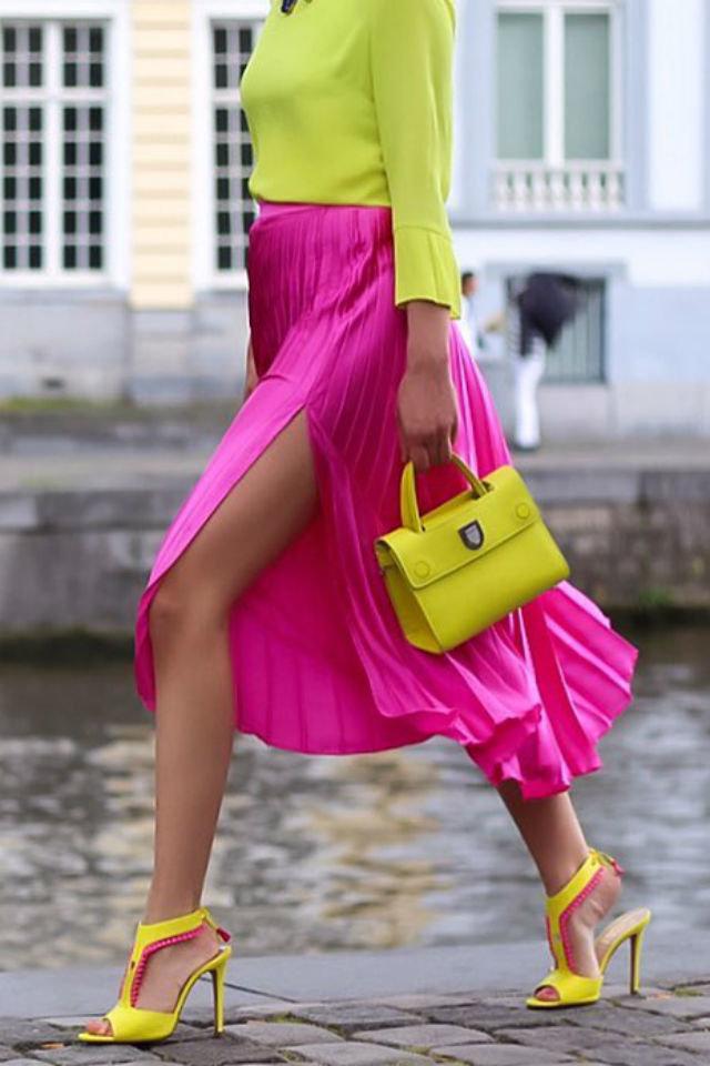 Девушка в розовой юбке с разрезом, желтая блузка, ткуфли и сумочка
